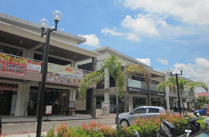 フィリピン留学 EG Academy - 目の前の商業ビル