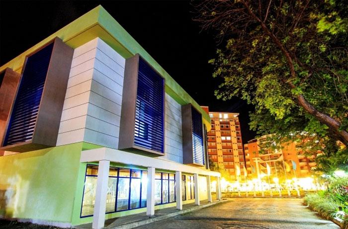フィリピン留学 JIC CEBU - 左:講義棟、右:宿舎棟