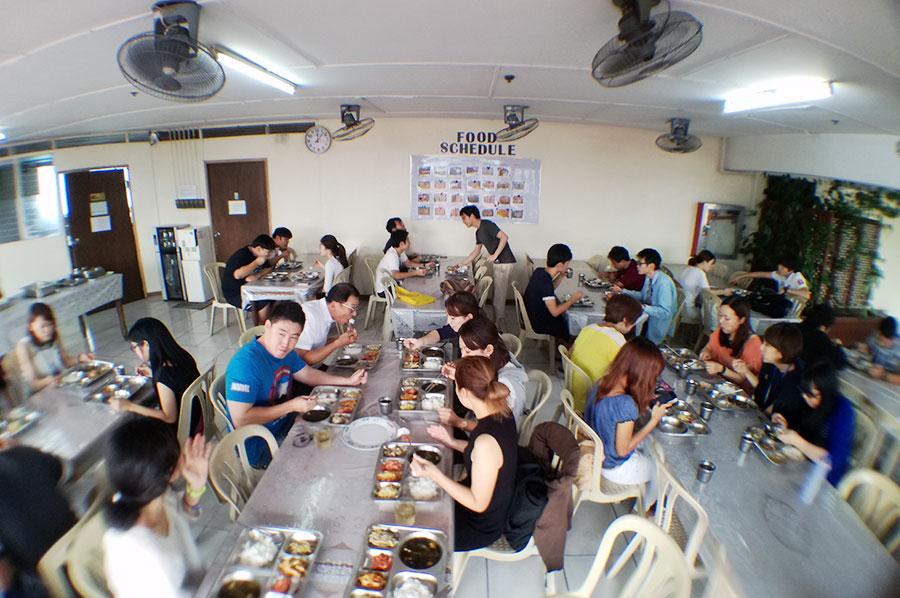 フィリピン留学 CNN International Language School  先生も食事に交わることも