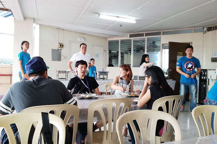 フィリピン留学 CNN International Language School  食事中も英語が飛び交っています