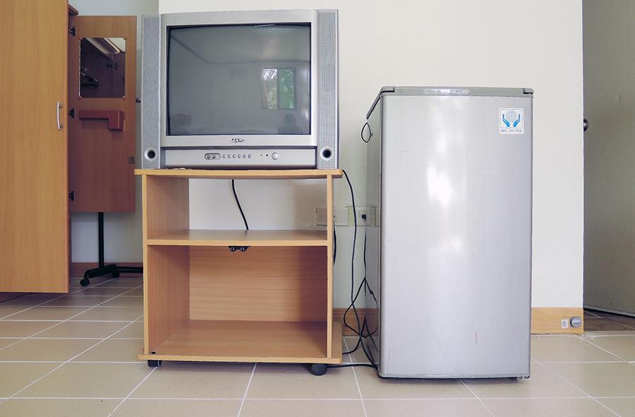 フィリピン留学 English Fella 2 - 寮部屋内のTV&冷蔵庫