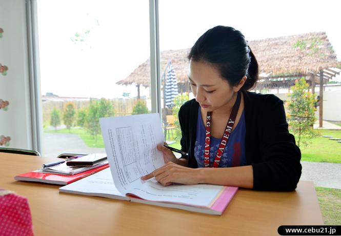 フィリピン留学 EG Academy - 勉強中の学生さん