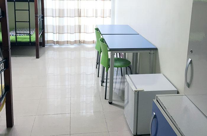 フィリピン留学 E&G International Language Center 4人部屋  机