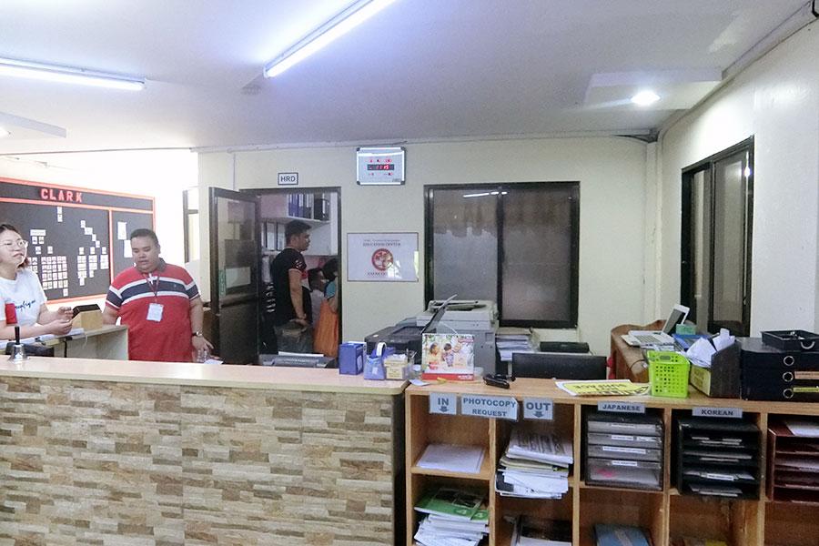 フィリピン留学 HELP Clark 学校フロントデスク