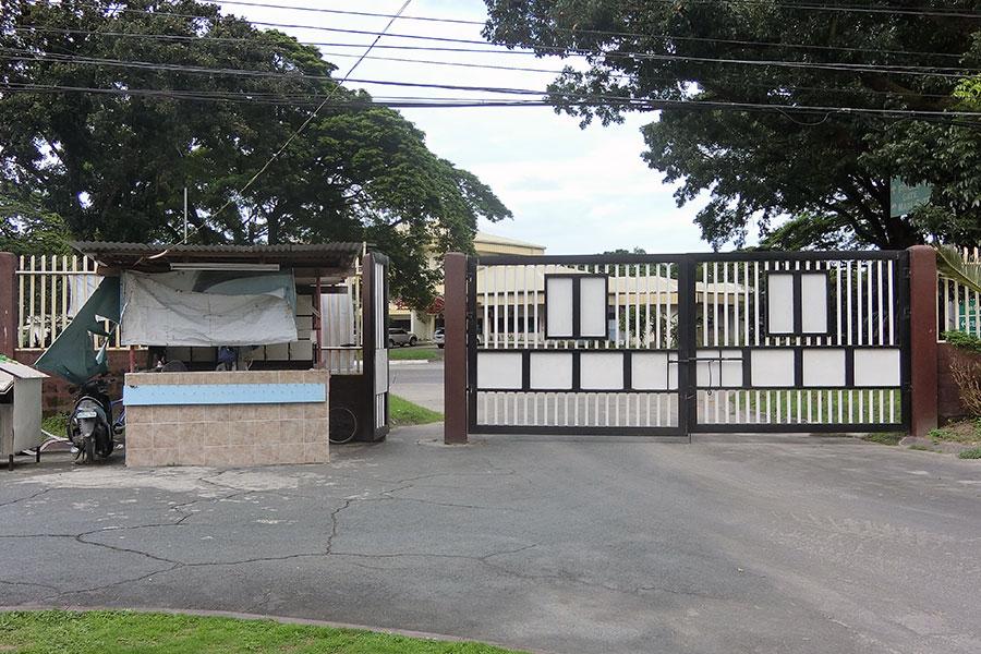 フィリピン留学 HELP Clark ゲートのセキュリティは堅甲です
