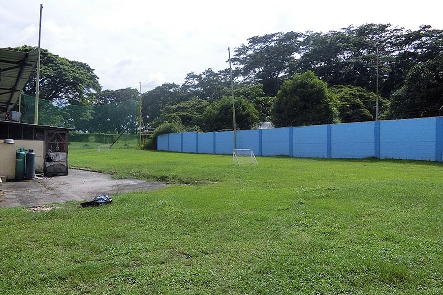 フィリピン留学 HELP Clark ミニサッカーコートは休憩時間に人気