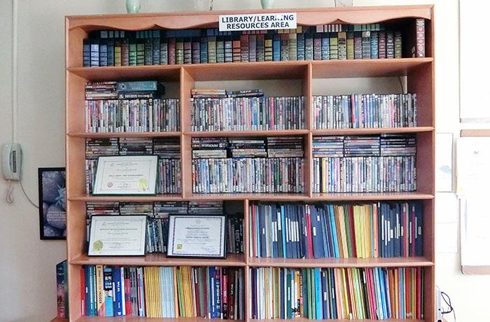フィリピン留学 JIC CEBU - DVDは無料で貸し出し