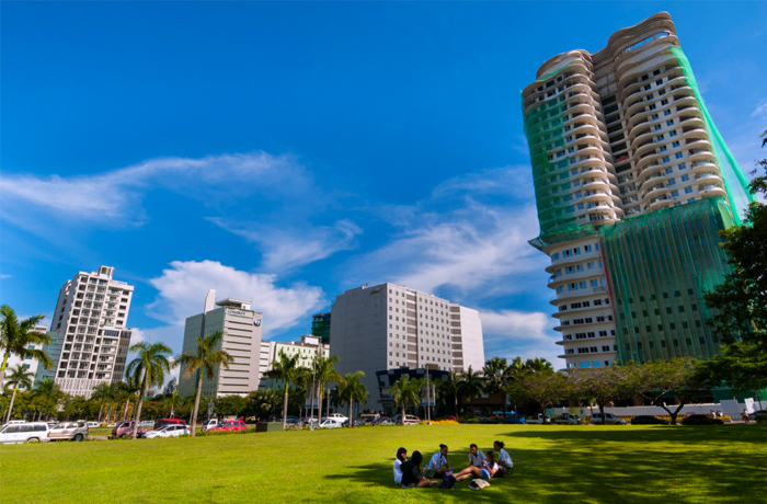 フィリピン留学 QQ English IT Park - IT Park前 公園