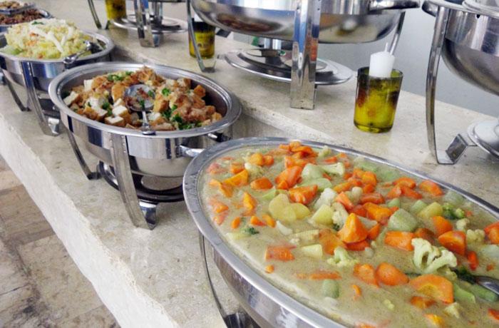 フィリピン留学 QQ English Seafront - 食事は豊富なメニューからおかず3品をチョイス