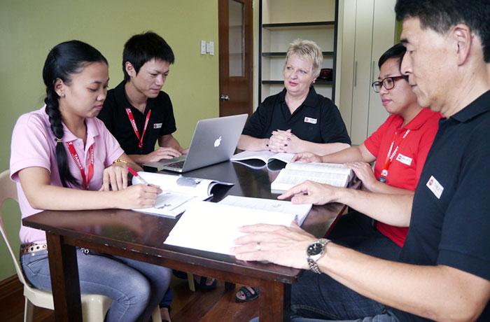 フィリピン留学 TARGET - 講師陣のミーティング