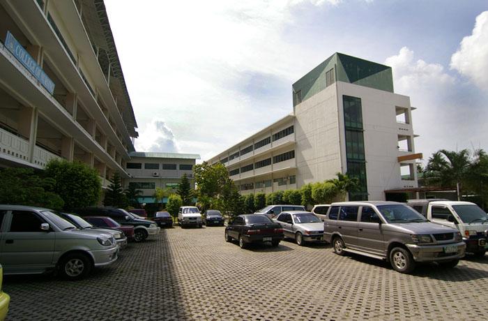 フィリピン留学 UV ESL - 大学敷地内