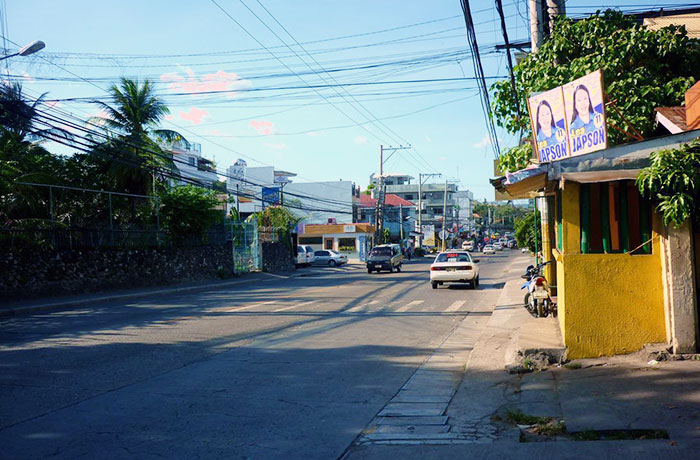 フィリピン留学 UV ESL - 学校前道路1