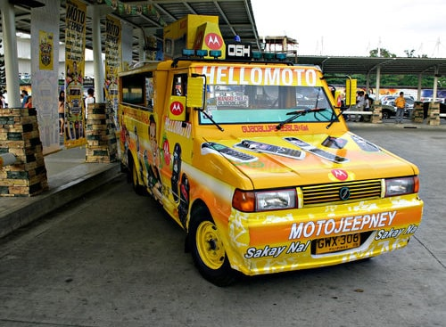 フィリピンの代表的な乗り物ジプニー。この都市のものは新しくきれいなものが多い。