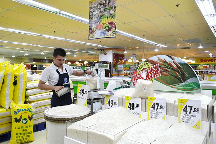 フィリピン人はご飯が大好き。スーパーにも様々な種類のお米が並んでいます